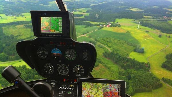 hubschrauber-rundflug-hubschrauberflug-cockpit-aussicht-ipad-selber-fliegen-mydays-jochen-schweizer