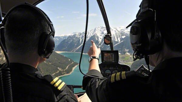 hubschrauber-rundflug-hubschrauberflug-cockpit-berge-plansee-selber-fliegen-mydays-jochen-schweizer