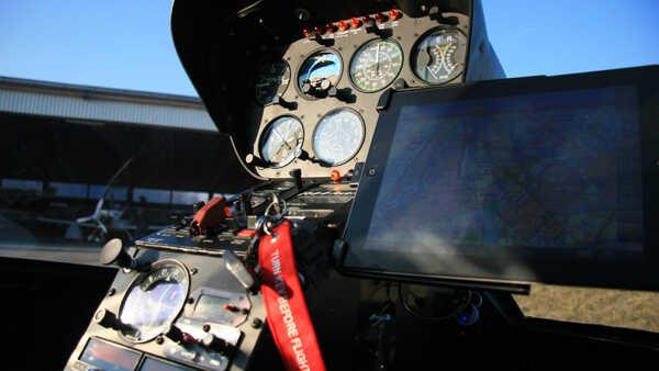 hubschrauber-rundflug-selber-fliegen-r44-cockpit-straubing-hubschrauberflug