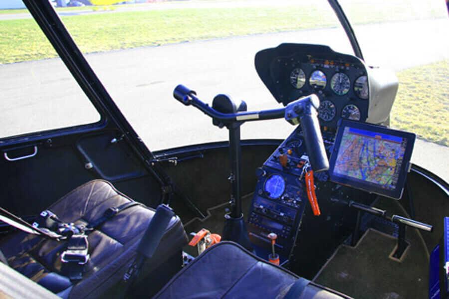 hubschrauber-rundfluege-straubing-pilotensitz-bedienelemente-r44-hubschrauberflug