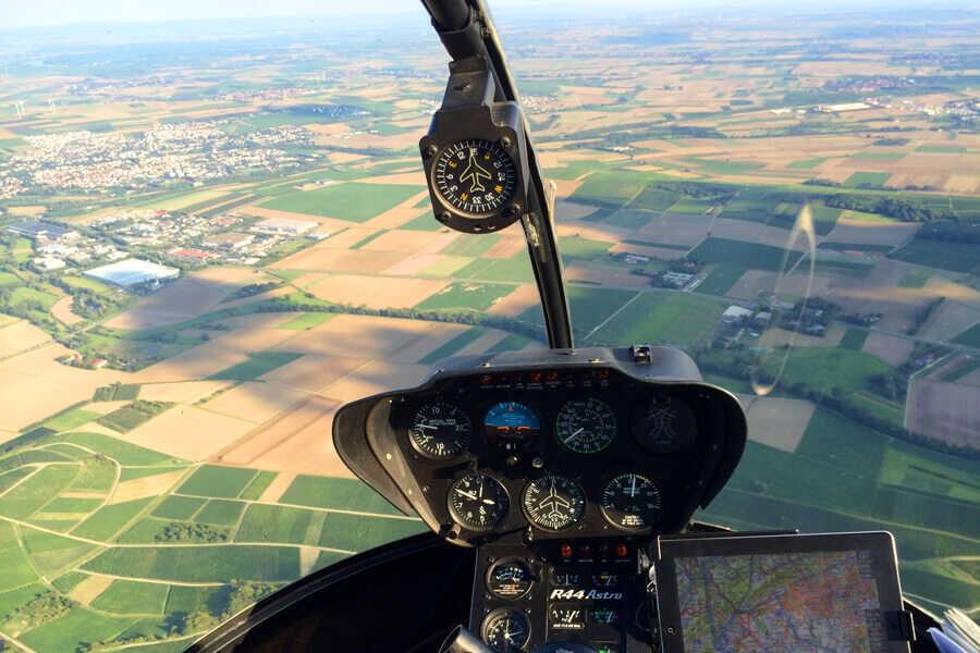 hubschrauber-rundflug-cockpit-aussicht-ipad-straubing-hubschrauberflug