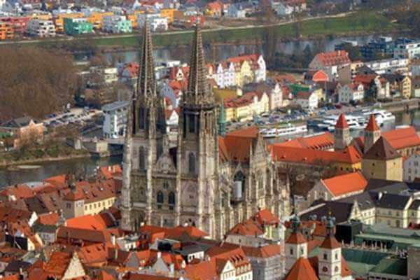 hubschrauber-rundfluege-neumarkt-nuernberg-regensburg-hubschrauberflug-dom-helikopter-sightseeing-gutschein
