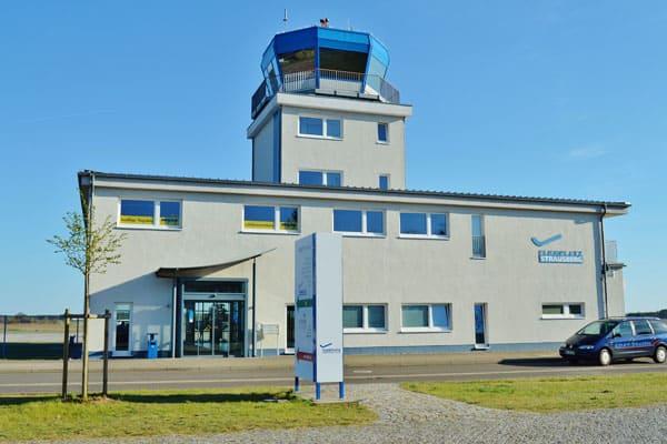 hubschrauber rundfluege berlin flugplatz strausberg tower